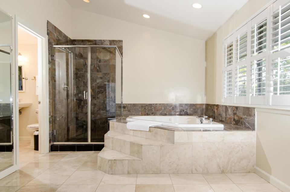 Executive Suite hot tub - Los Gatos Lodge - Los Gatos, CA