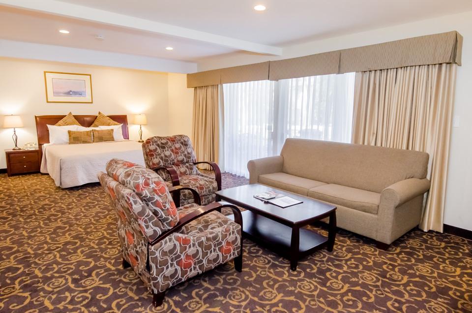 Family Suite living area - Los Gatos Lodge - Los Gatos, CA